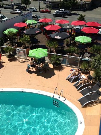 Capital City Center Hotel: Pool Deck & Dining Patio