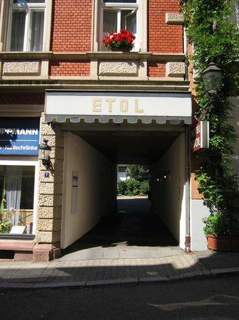 Hotel Etol: Die Einfahrt zum Hof