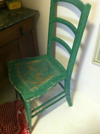 Enchanted Nights B&B : random dirty chair in bathroom