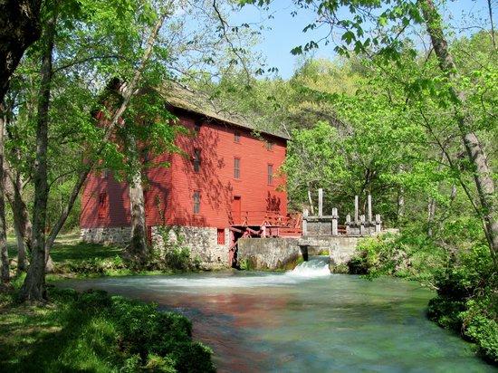 Shady Lane Cabins & Motel: Alley Spring Mill