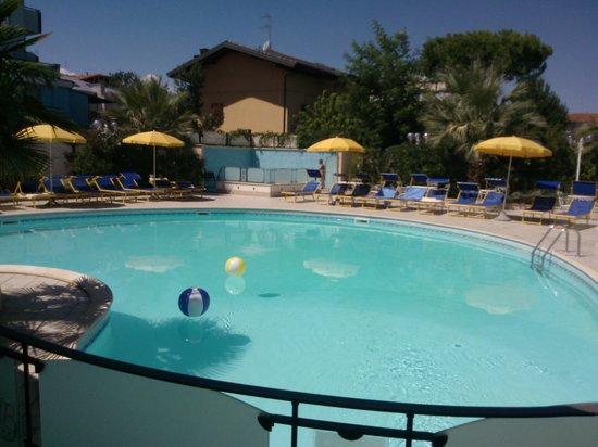 Hotel Bamby : piscina