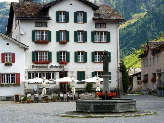 Gasthaus Edelweiss mitten auf dem Dorfplatz