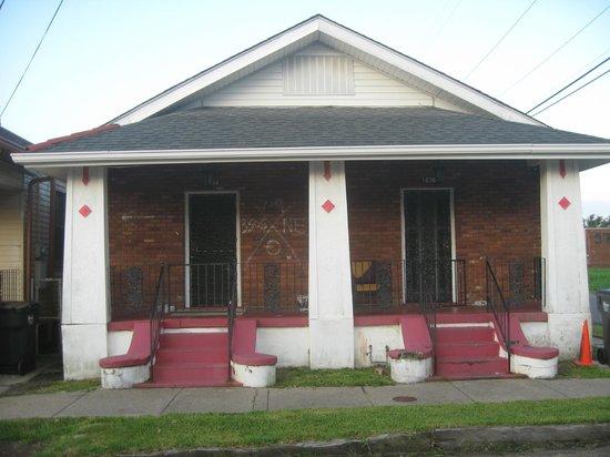 Hurricane Katrina Tour - America's Greatest Catastrophe : a house on the hurricane Katrina tour with rescuers cross on wall