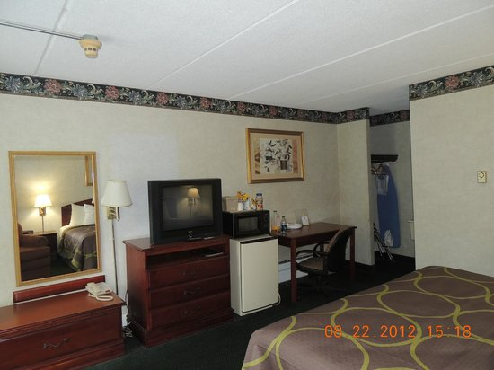 Days Inn - Lenox MA: One King Bed