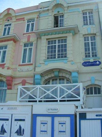 La Goelette: façade avec terrasse