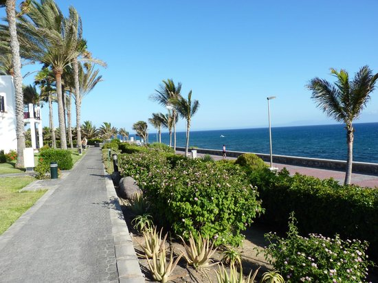 Hotel Riu Palace Meloneras Resort: Accès avec le pass de l'hôtel sur la promenade, le phare et encore plus loin la plage...
