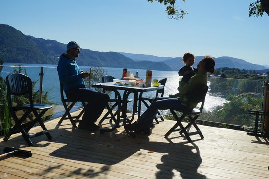 Fjordside Lodge: Enjoying the norwegian sun and the love of our baby (having brunch)