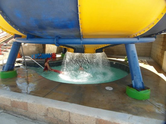 Ravine Waterpark : Saliendo del tobogán.