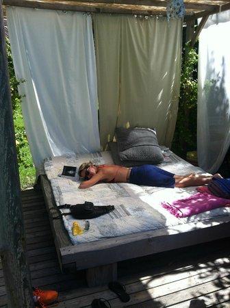 Les Logis de Lestiac: Sieste dans le jardin !