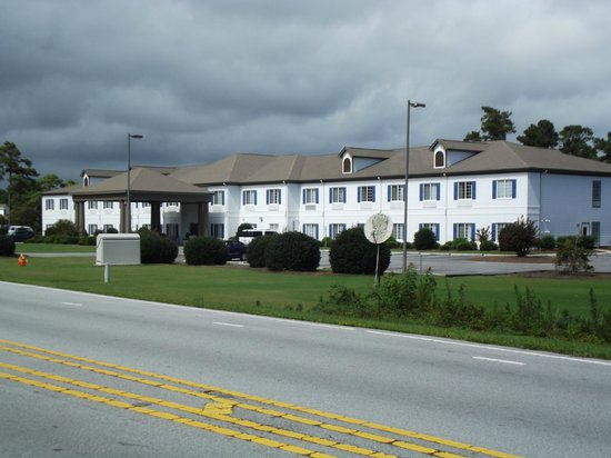 Quality Inn & Suites: Right off the main road
