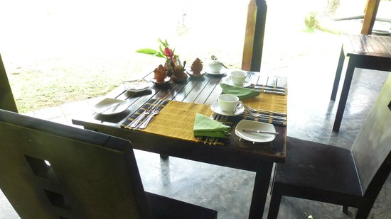 Villa Modarawattha: Breakfast table by the lake