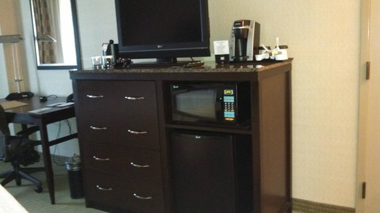 Hilton Garden Inn Denver Tech Center : Dresser, fridge, microwave, Keurig system