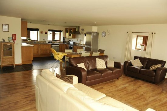 Parrock Lumb Cottages: Open plan Living area in 3 bedroomed Shippon