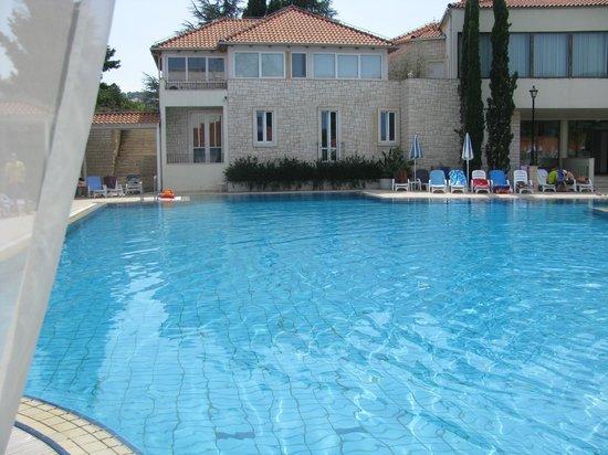 Waterman Svpetrvs Resort: piscine centrale 1,35m2m devant bar