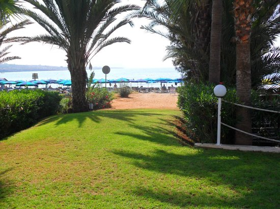 Okeanos Beach Hotel: Direct access to the sandy beach