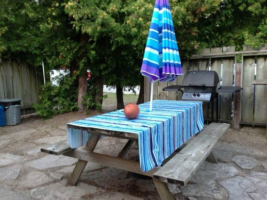 O'Leary's Beach Retreat Cottages: Yard with BBQ & fire pit