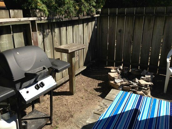 O'Leary's Beach Retreat Cottages: BBQ & fire pit