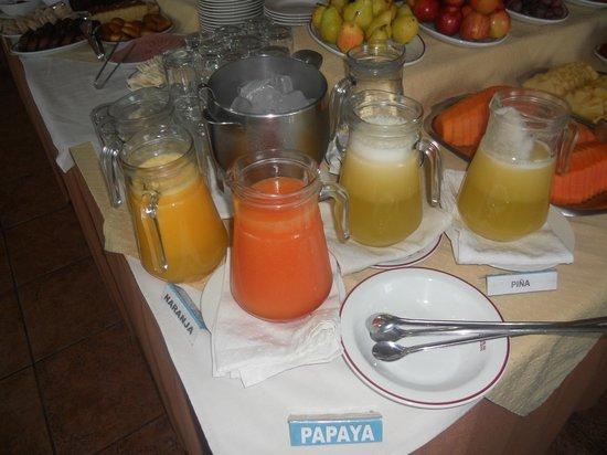 Las Americas Hotel: Jugos de temporada en el desayuno buffet