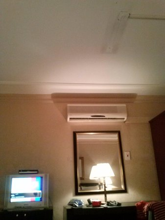 Hams Suites 2: stained ceiling