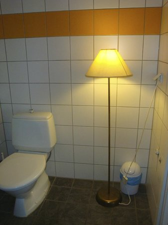 Pilve Apartments: lamp doesn't seem appropriate for bathroom