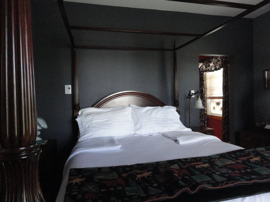 Baddeck Heritage House Bed and Breakfast: Kidston Light bedroom