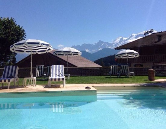 Hôtel Les Roches & Spa : Beautiful views from the heated pool