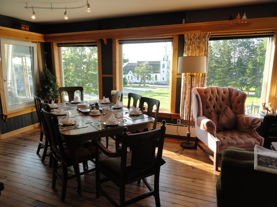 Baddeck Heritage House Bed and Breakfast : Great room for breakfast!