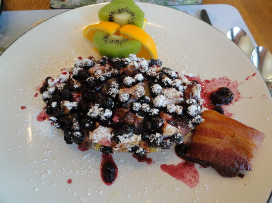 Baddeck Heritage House Bed and Breakfast : Delicious blueberry brekfast!