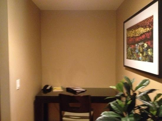 Silver Creek Lodge : phone and desk area