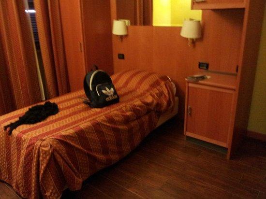 Hotel Beautiful: Quarto limpo, cortinas tinham um leve cheiro de mofo.