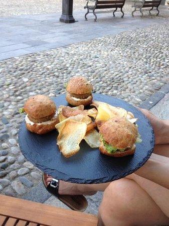Wood : mini hamburger come aperitivo....una genialata! buonissimi...e non solo quelli!