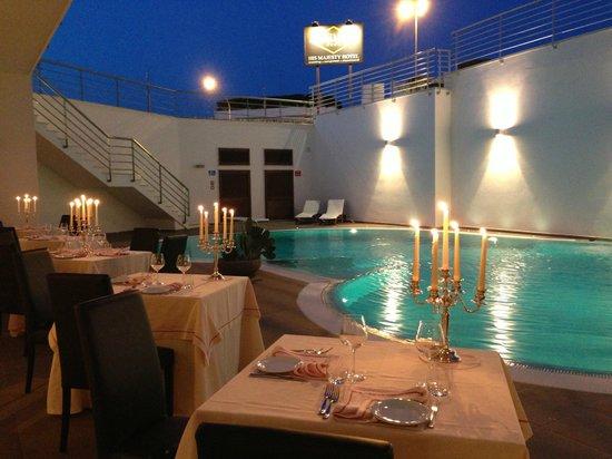 Cena in piscina foto di his majesty hotel alberobello for Cena in piscina