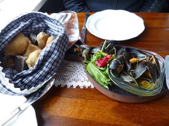 Narfeyrarstofa: mussels with hot saffran bread