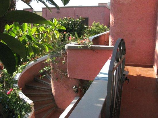 Hotel Abbaruja : Vista verso il giardino