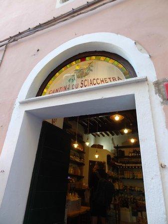 Cantina du Sciacchetra: the door to the shop