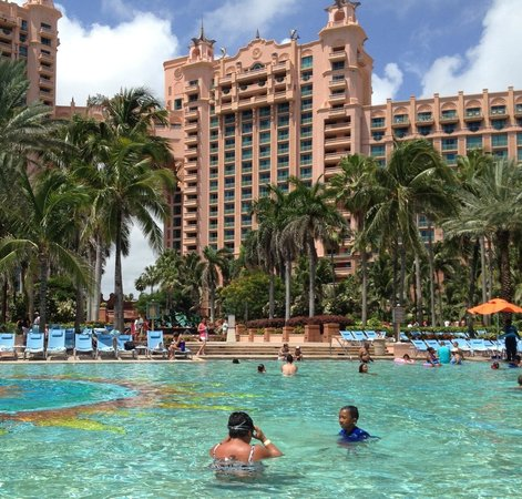 Comfort Suites Paradise Island : A view from the pool