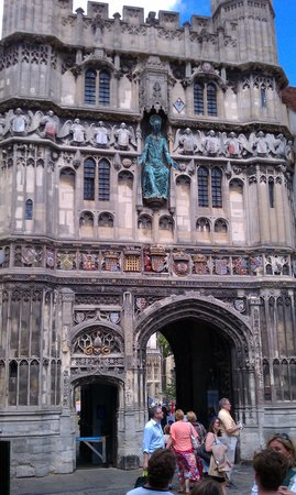 Canterbury Guided Tours: Gateway to Cathedral church yard