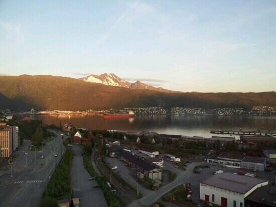Scandic Narvik: Utsikten från vårt rum i midnattssol