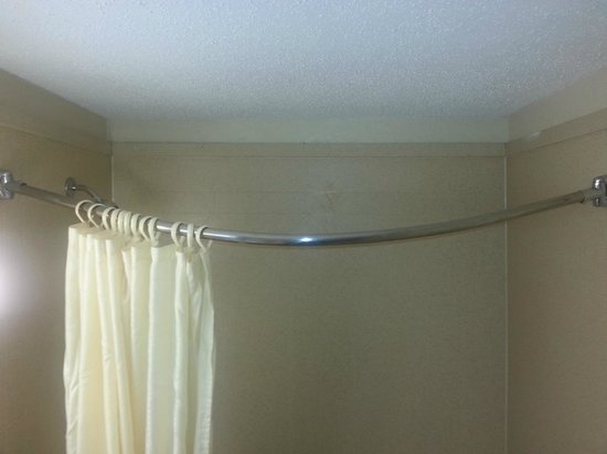 TP Hotel: Shower curtain falling down