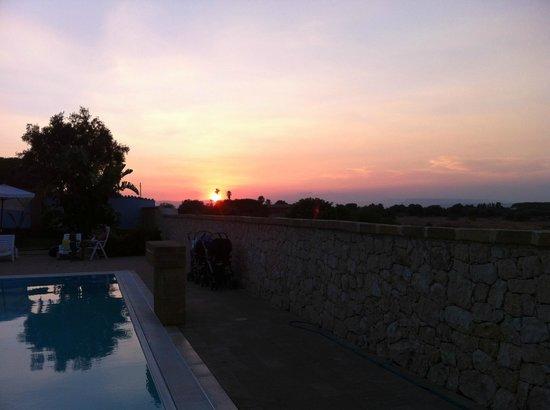 Borgo Marino Hotel: Soleil couchant sur la mer : vue depuis la piscine