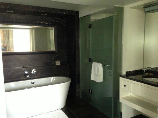 Rosewood Hotel Georgia : Bathroom