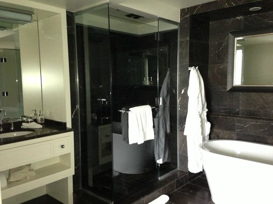 Rosewood Hotel Georgia: Bathroom