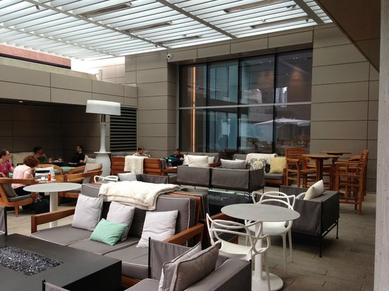 Rosewood Hotel Georgia: Outdoor Bar Area