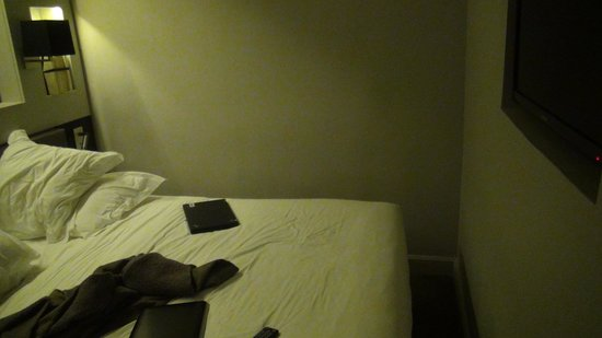 Hotel Verneuil: Space between bed to wall