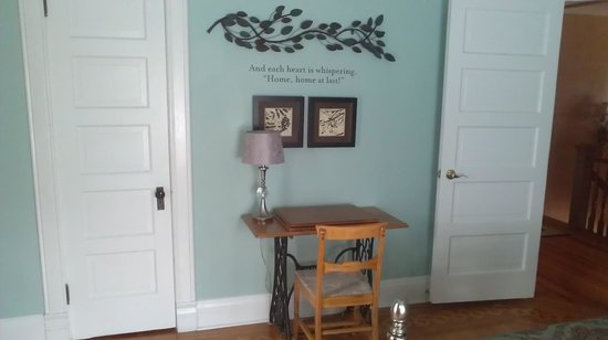 Morning Glory Bed and Breakfast : blue room desk