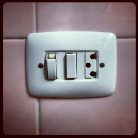 Hotel Miami : enchufe del baño