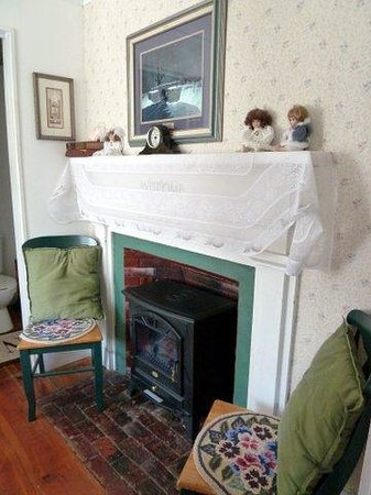 Nichols Guest House Bed and Breakfast: Fireplace in bedroom