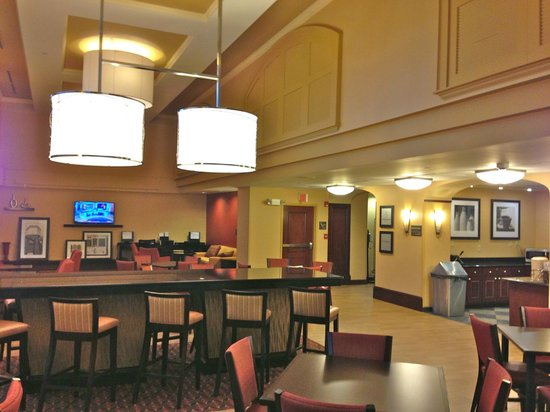Hampton Inn & Suites Tampa/Ybor City/Downtown: Lobby / Breakfast Area and Business Center