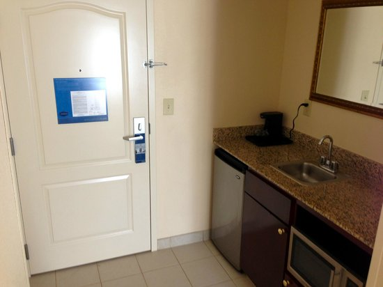 Hampton Inn & Suites Tampa/Ybor City/Downtown: Entrance to Suite with Mini Kitchenette