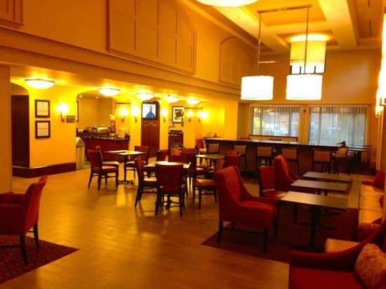 Hampton Inn & Suites Tampa/Ybor City/Downtown: Lobby Area / Breakfast Area